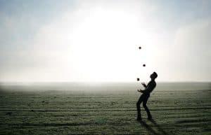 אמן חושים משחק עם כדורים