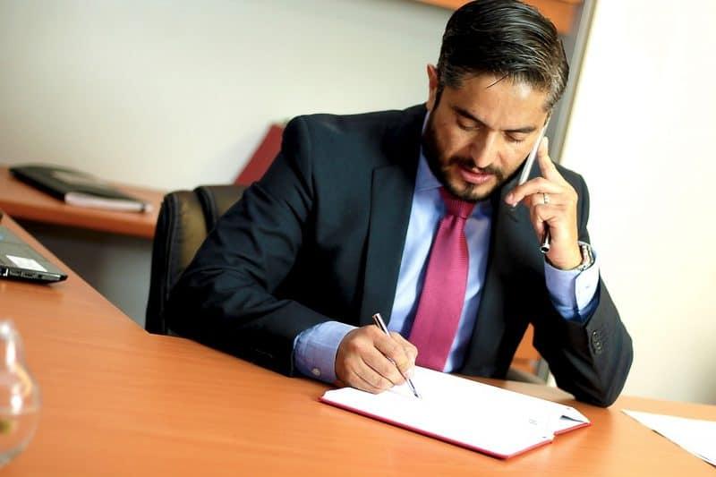 עורך דין עם חוזה