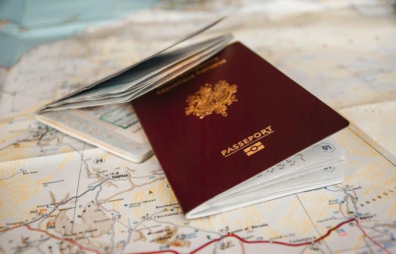 דרכון אירופאי על מפה